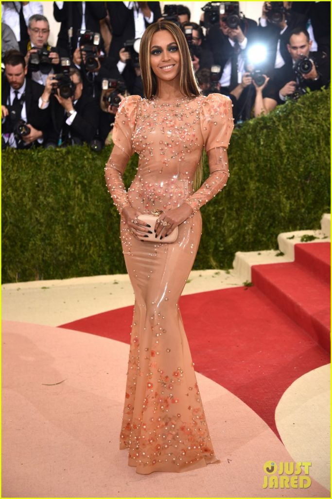 beyonce-2016-met-gala-red-carpet-03